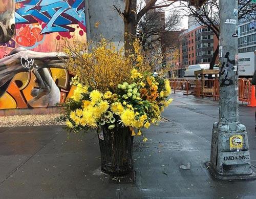 флорист украшает город цветами