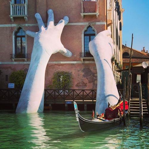 руки выросли из вод канала