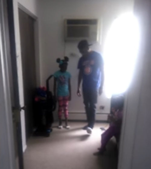 папа учит дочь ходить на каблуках