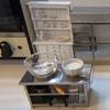 маленькие блюда на крохотной кухоньке