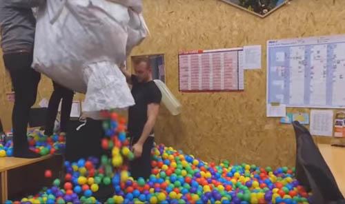 офис наполнили мячами