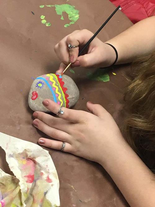 школьники раскрасили камни