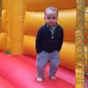 хладнокровный малыш на батуте