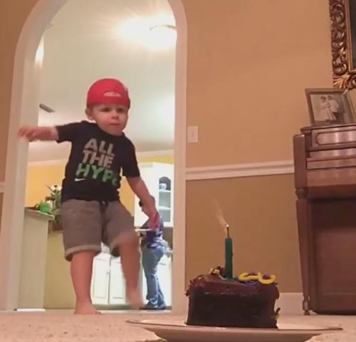 мальчик мячом погасил свечу