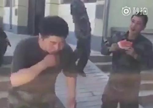 мужчина съел кусок арбуза за секунду