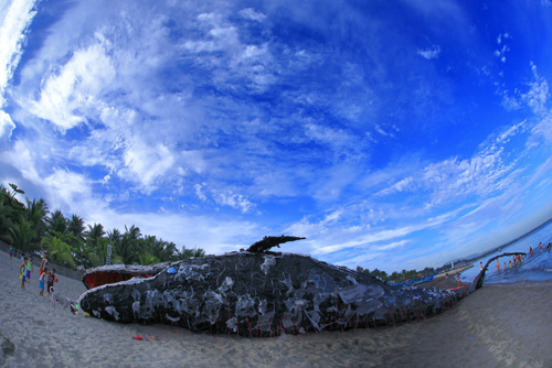 скульптура мёртвого кита