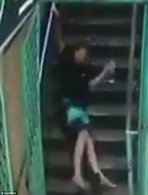 лестница заставляет всех падать