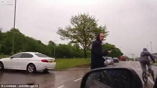 водитель окатил обидчиков водой
