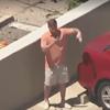 мужчина танцует, чтобы попасть в новости