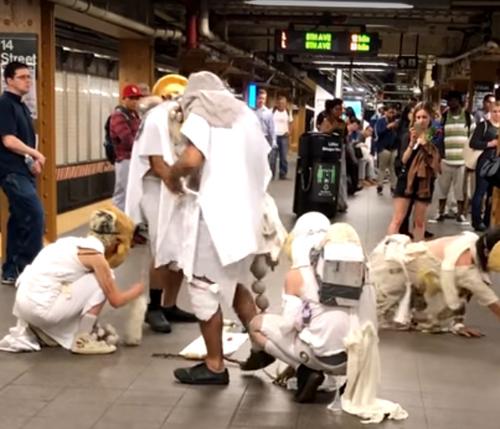 загадочные личности в метро