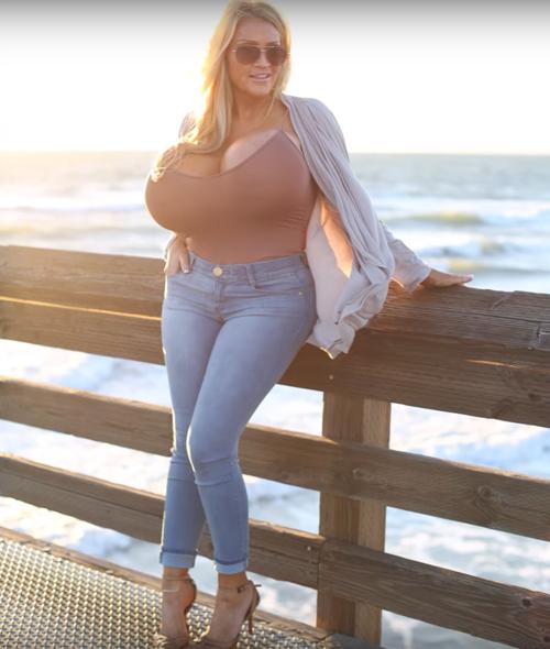 модель с огромной грудью