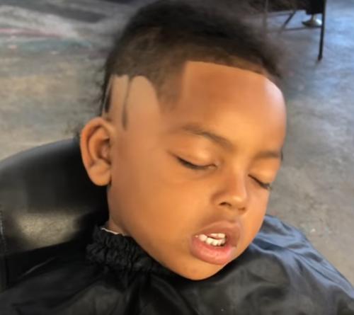 мальчик заснул во время стрижки