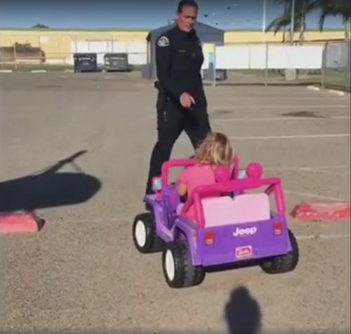 девочка и весёлый полицейский