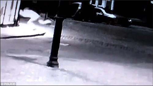 незнакомец протаранил головой витрину