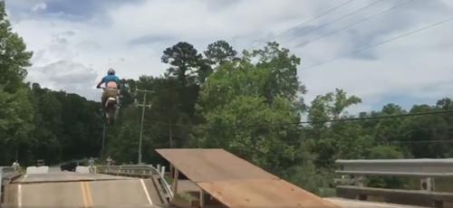 байкеры перепрыгнули через мост