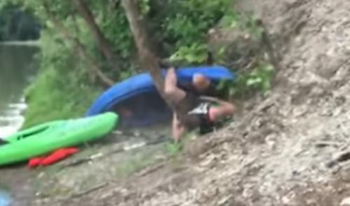 каякер врезался в дерево