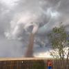 мужчина косил газон перед торнадо