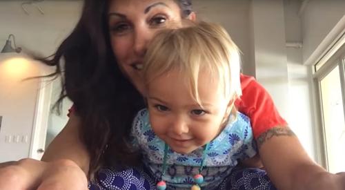 мама приучает дочку к йоге