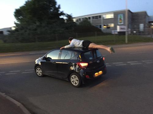 сорвиголова на крыше машины