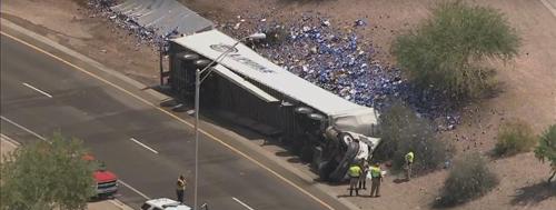 грузовик рассыпал банки с пивом