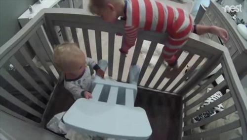 малыш совершил побег из кроватки