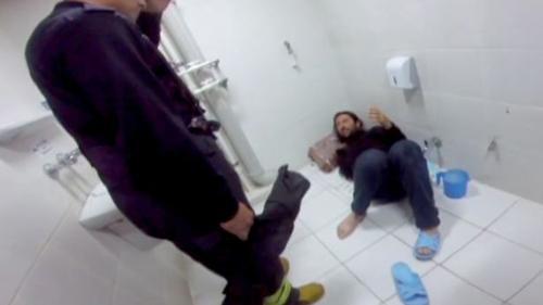 мужчина застрял в туалете