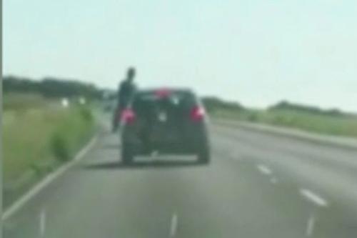 пассажир высунулся из двери машины