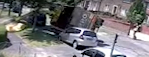 мусоровоз опрокинулся на машину