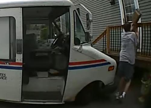 почтальон сорвал злобу на посылке