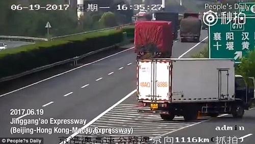 пассажир прикрыл номер грузовика