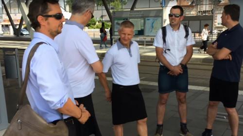 водители автобусов в юбках
