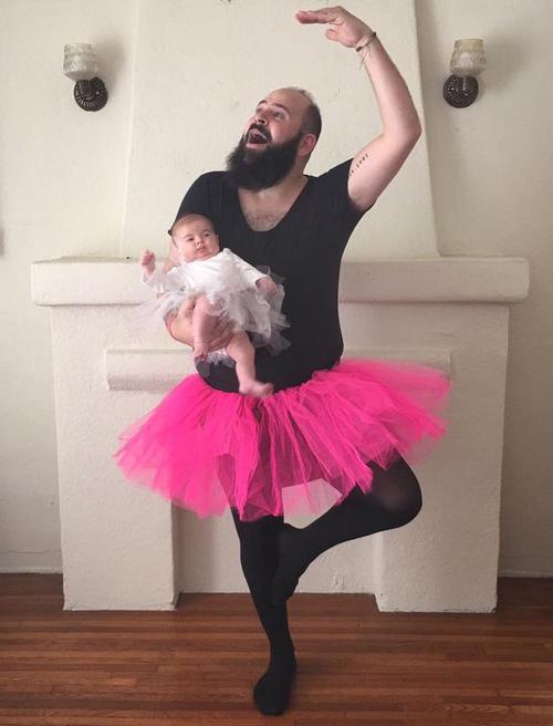 папа делает смешные фото дочки