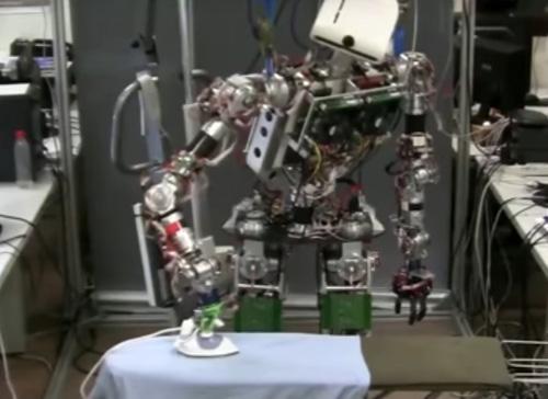 робот умеет гладить