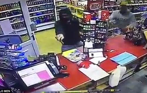 покупатель дал отпор грабителю