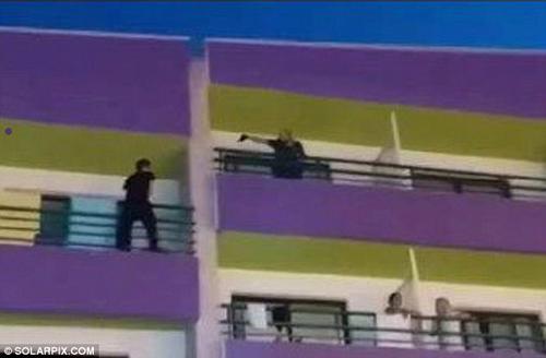 пьяный романтик полез на балкон