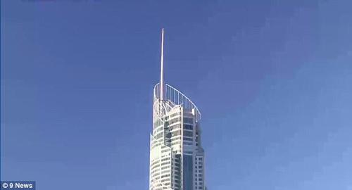 смельчаки на вершине небоскрёба