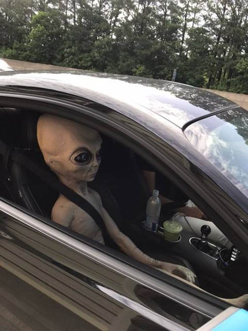 пассажир инопланетянин в машине
