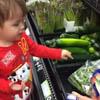малыш покупает овощи