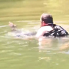 мужчина спас утопающего оленёнка