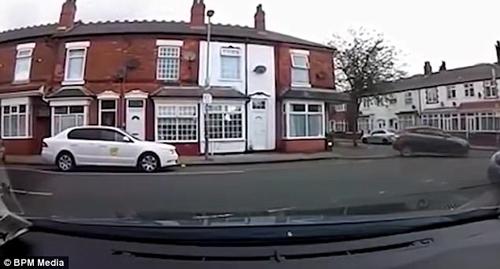 пенсионер протаранил жилой дом
