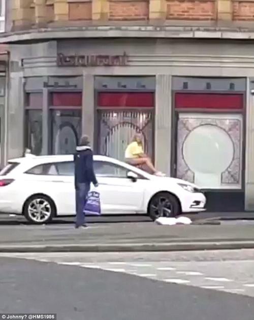 женщина уселась на капот машины