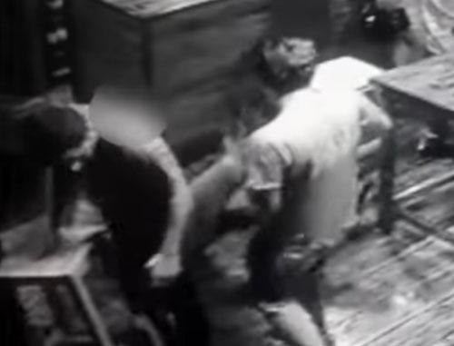 клиент бара упал на пол