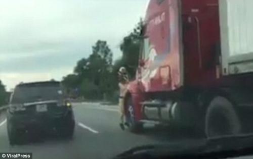 полицейский повис на грузовике
