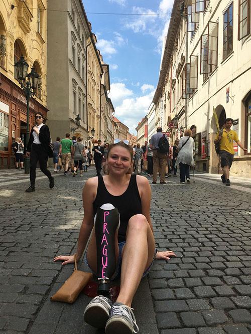 путешественница с ножным протезом