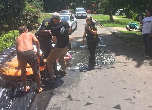 полицейские прокатились с горки