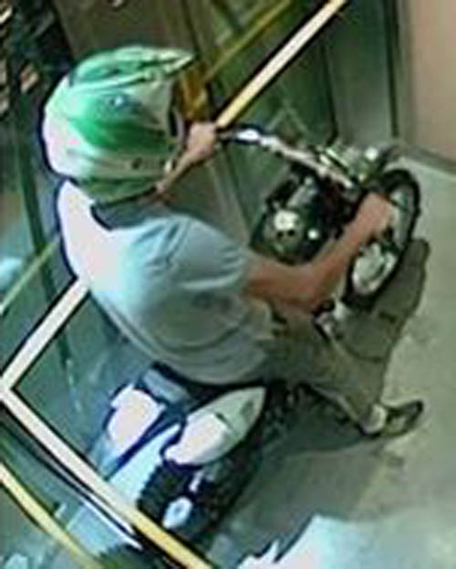 мотоциклист прокатился в лифте