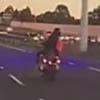 мотоциклист рукой прикрыл номер