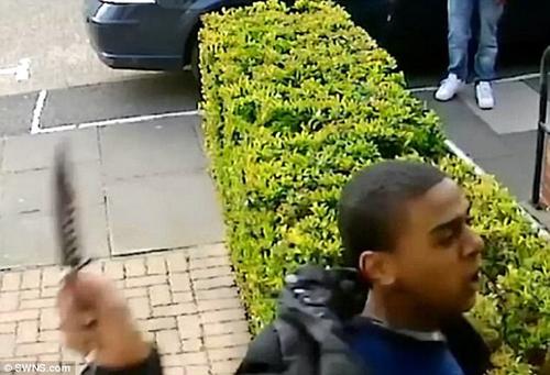 подросток порезал незнакомцу лицо