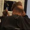 клиент в парике в парикмахерской