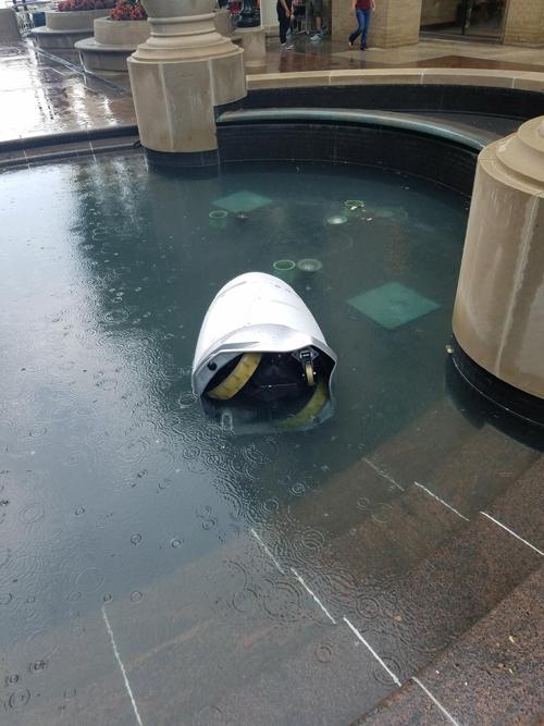 робот упал в фонтан